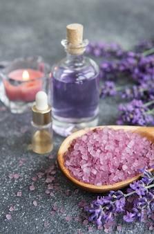 Spa à la lavande. huiles essentielles, sel de mer et bougie. cosmétique aux herbes naturelles aux fleurs de lavande