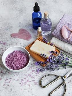 Spa à la lavande. huiles essentielles, sel de mer, serviettes et savon artisanal. cosmétique aux herbes naturelles aux fleurs de lavande