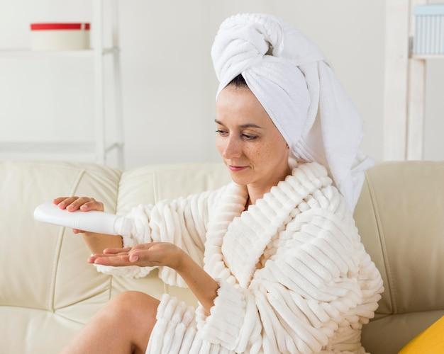 Spa à la maison femme utilisant le concept de lait corporel