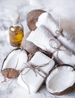 Spa nature morte de cosmétiques bio aux noix de coco