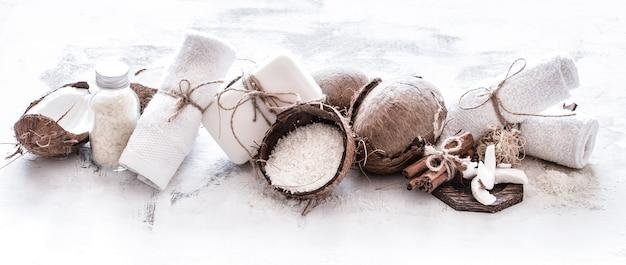 Spa nature morte de cosmétiques bio avec des noix de coco sur un fond en bois clair, concept de soins du corps