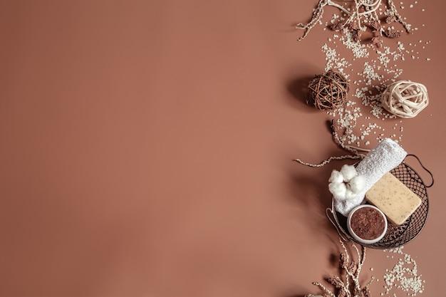 Spa nature morte avec fleur d'orchidée, gommage corporel naturel et éléments décoratifs à plat