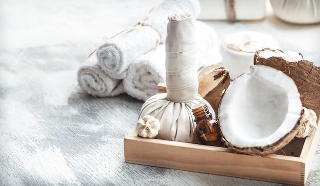 Spa nature morte avec noix de coco fraîche et produits de soins corporels