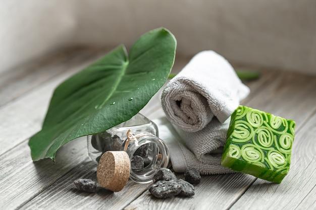 Spa nature morte avec des pierres dans un pot, du savon artisanal et des serviettes. concept de santé et de beauté.
