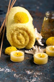 Spa nature morte avec une serviette, des bougies