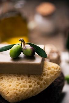 Spa naturel avec pain de savon à l'huile d'olive et serviettes