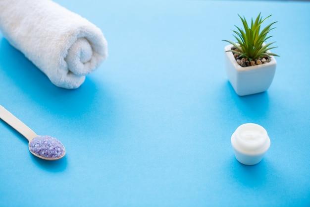 Spa. sel de mer moulu sur une cuillère en bois de table shabby bleu clair en bois. utilisation saine pour la cuisine et les cosmétiques