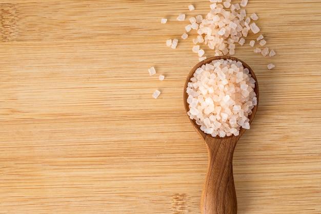 Spa de sel de roche himalaya bio brun, concept de relaxation spa sain