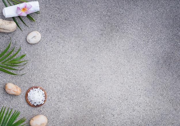 Spa situé sur un fond de pierre. sel de mer, serviette avec des pierres