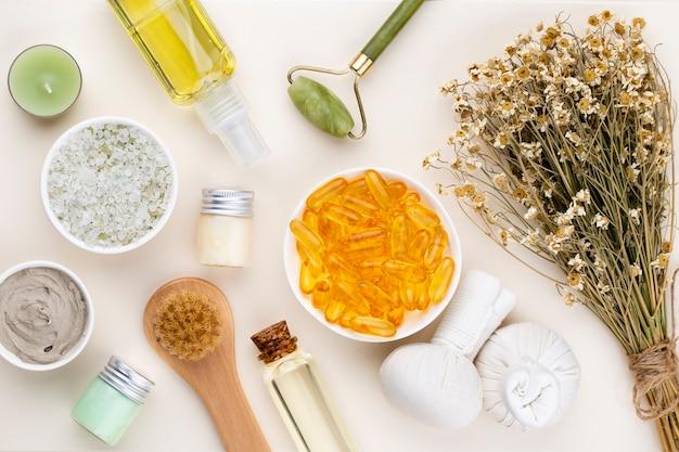 Spa et soins de la peaucosmétiques maison. bouteilles de produits cosmétiques spa sur fond pastel.