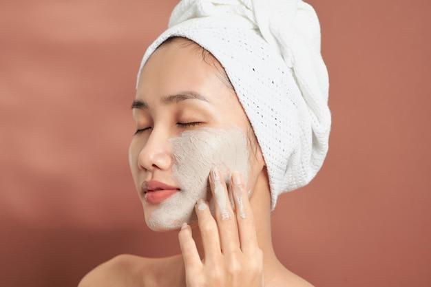 Spa Woman Appliquant Un Masque D'argile Pour Le Visage. Soins De Beauté. Photo Premium