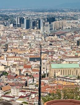 Spaccanapoli, naples, italie. vue de la rue spaccanapoli divisant le centre-ville