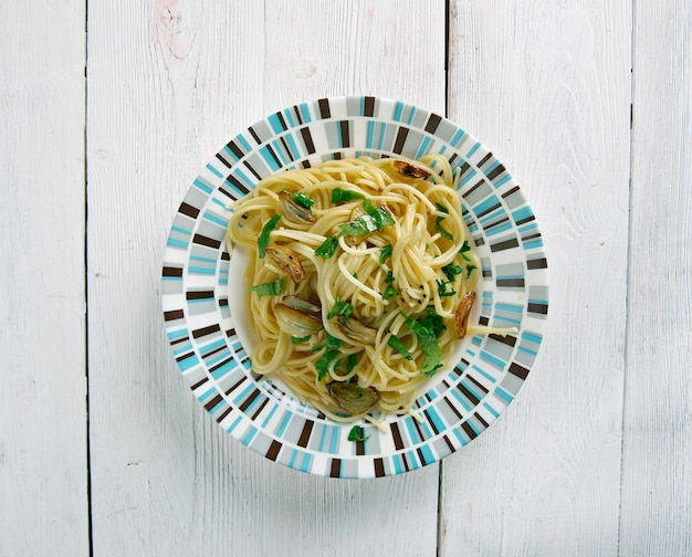 Spaghetti aglio e olio - spaghetti à l'ail et à l'huile.plat de pâtes italiennes traditionnelles, en provenance de naples