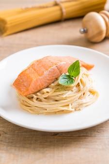 Spaghetti au fromage à la crème sauce blanche au saumon