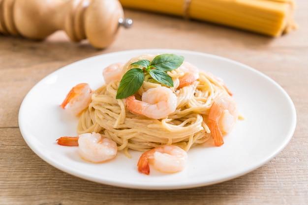 Spaghetti au fromage à la crème sauce blanche aux crevettes