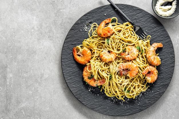 Spaghetti au pesto et aux crevettes