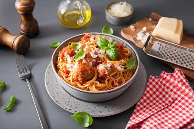 Spaghetti aux boulettes de viande et sauce tomate, pâtes italiennes