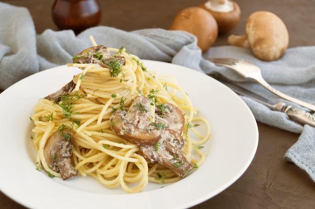 Spaghetti aux champignons à la crème. sur fond sombre