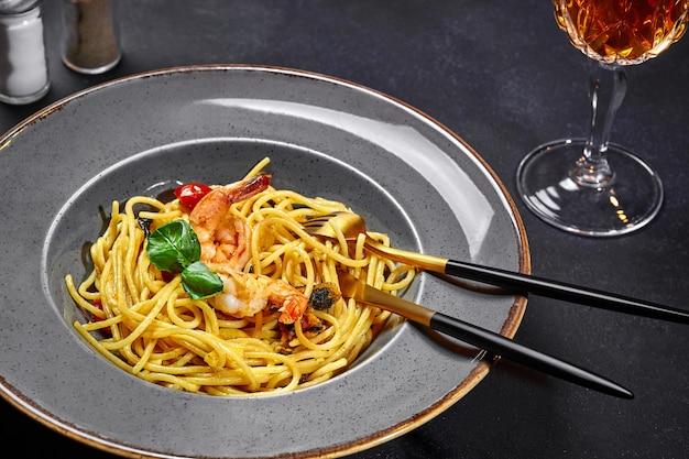 Spaghetti aux crevettes moules tomates et basilic