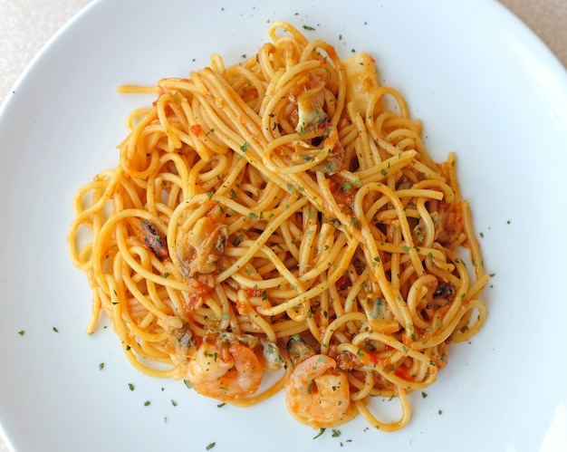 Spaghetti aux crevettes et sauce tomate, cuisine italienne
