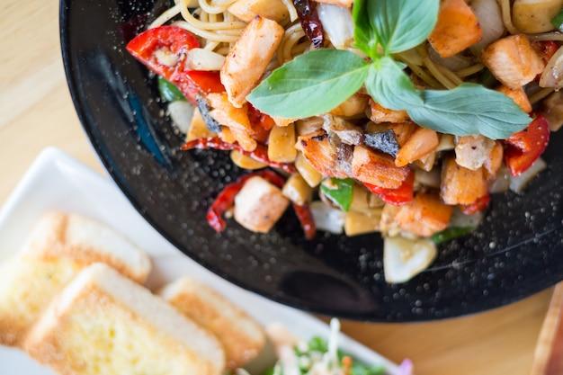 Spaghetti aux herbes épicées à la viande de saumon fumé