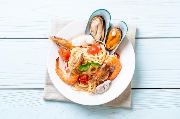 Spaghetti aux palourdes, crevettes, squis, moules et tomates