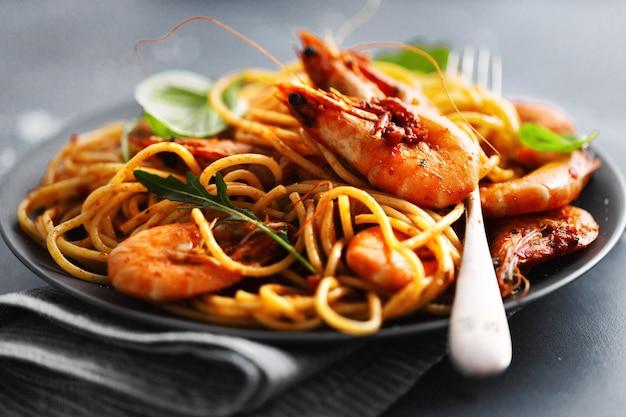 Spaghetti aux pâtes avec sauce tomate et crevettes
