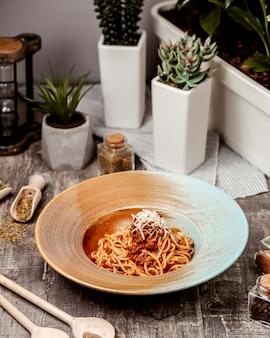 Spaghetti aux tomates avec viande hachée