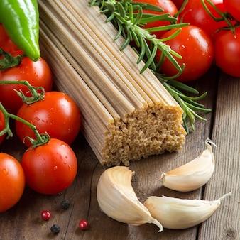 Spaghetti de blé entier, légumes et herbes