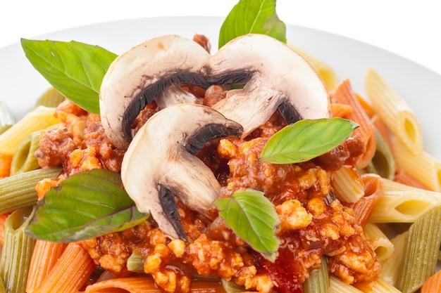 Spaghetti à la bolognaise sur une assiette blanche