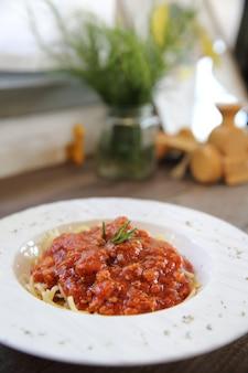 Spaghetti bolognaise sur fond de bois