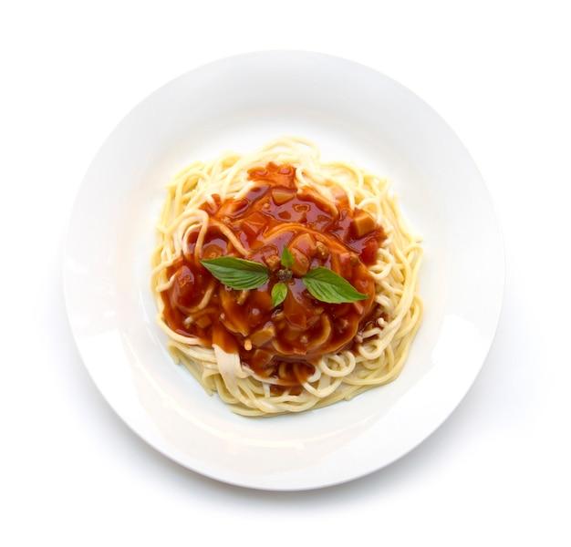 Spaghetti bolognaise à la sauce tomate et basilic frais cuisine italienne traditionnelle vue de dessus de style isolé