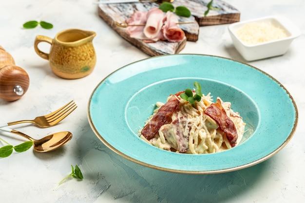 Spaghetti carbonara, pâtes italiennes au bacon et sauce à la crème. menu du restaurant, régime, recette de livre de cuisine.