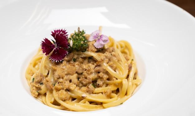 Spaghetti carbonara sur une plaque
