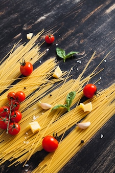 Spaghetti cru sur fond noir