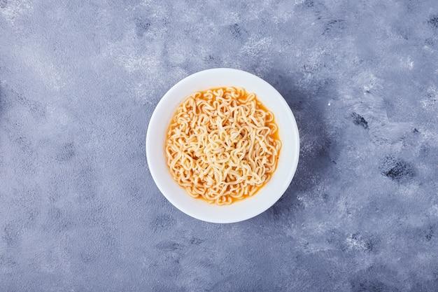 Spaghetti dans une assiette blanche, vue du dessus.