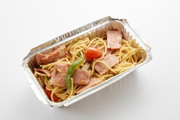 Spaghetti dans la boîte alimentaire livraison de nourriture sur fond blanc de la table
