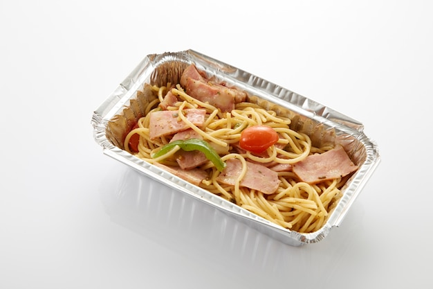 Spaghetti dans une boîte de nourriture