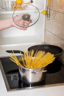 Spaghetti dans la marmite sur le gaz électrique