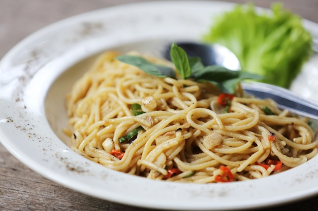 Spaghetti épicé au basilic