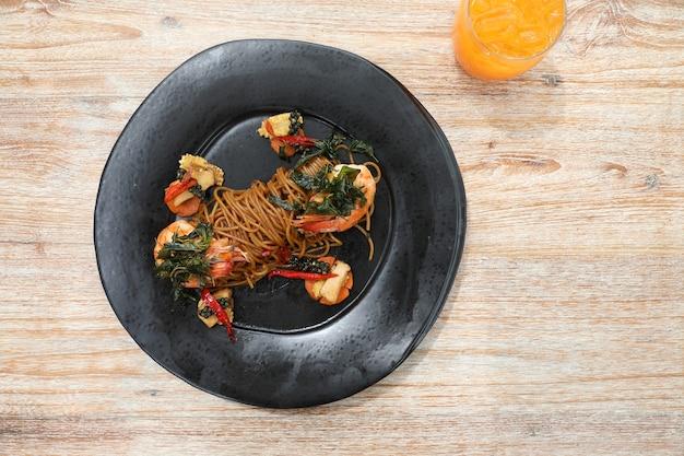 Spaghetti épicé aux crevettes, cuisine fusion thaïlandaise
