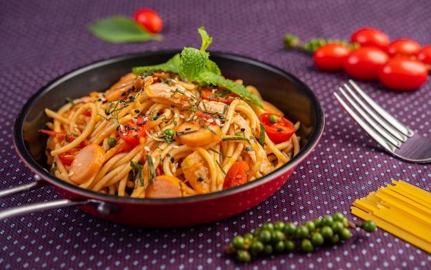 Spaghetti épicé dans une poêle.