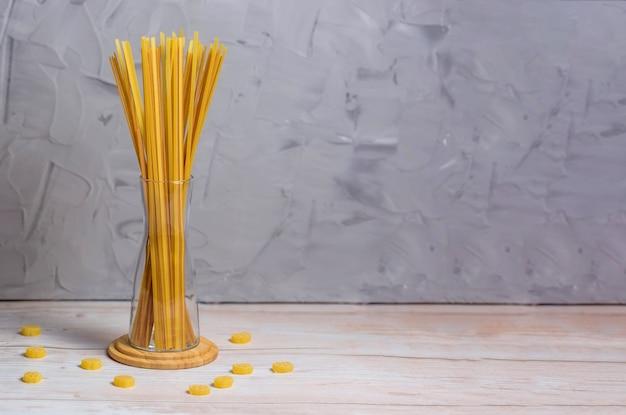 .spaghetti de farine de sarrasin et de blé sur une table en bois.