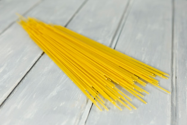 Spaghetti avec fond en bois