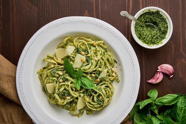 Spaghetti italien pesto aux pignons de pin ail basilic feuilles parmesan et huile d'olive