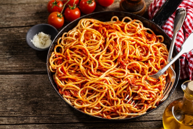 Spaghetti italien à la sauce tomate dans une casserole