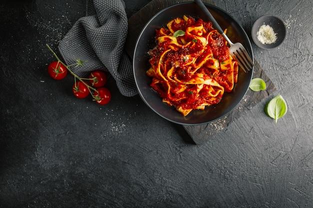 Spaghetti italien à la sauce tomate servi sur une assiette