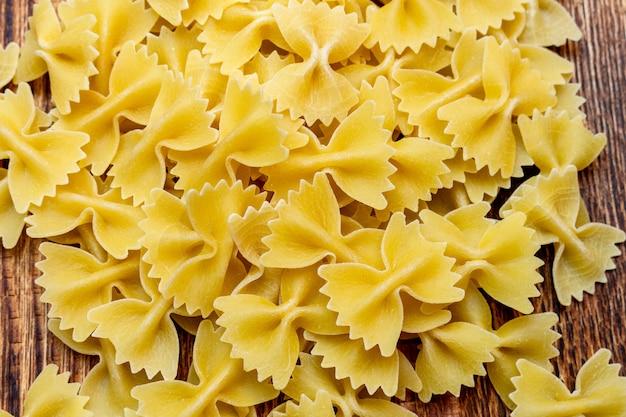 Spaghetti, macaroni, pâtes italiennes traditionnelles sur fond de bois close up selective focus