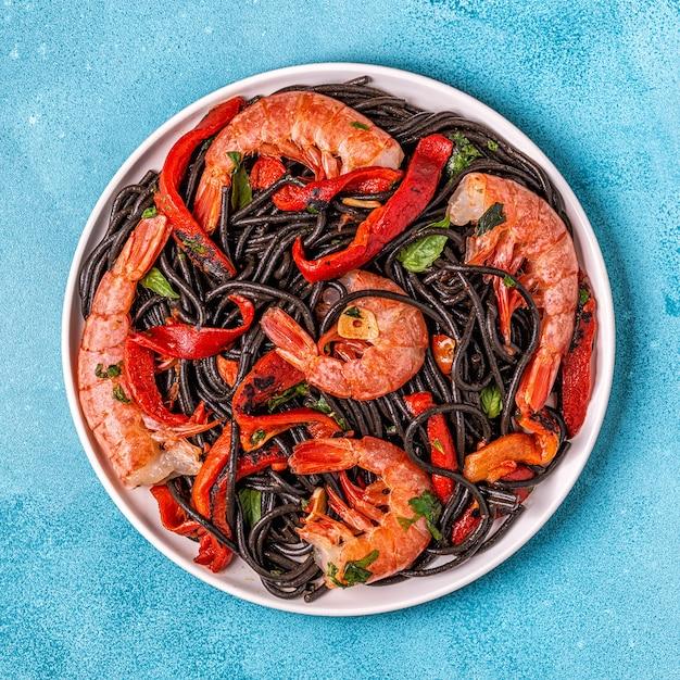 Spaghetti noir aux crevettes et légumes