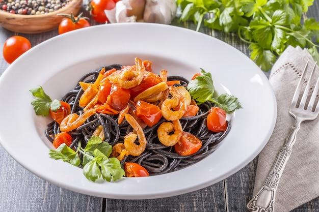 Spaghetti noir aux crevettes et tomate.